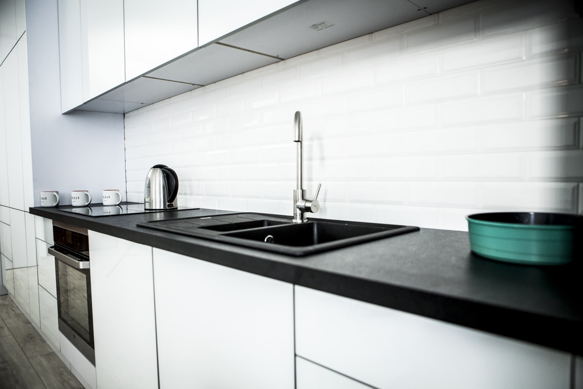 Biało czarna kuchnia w nowoczesnym stylu  gotowe aranżacje  -> Kuchnia Bialo Czarna Jaki Blat
