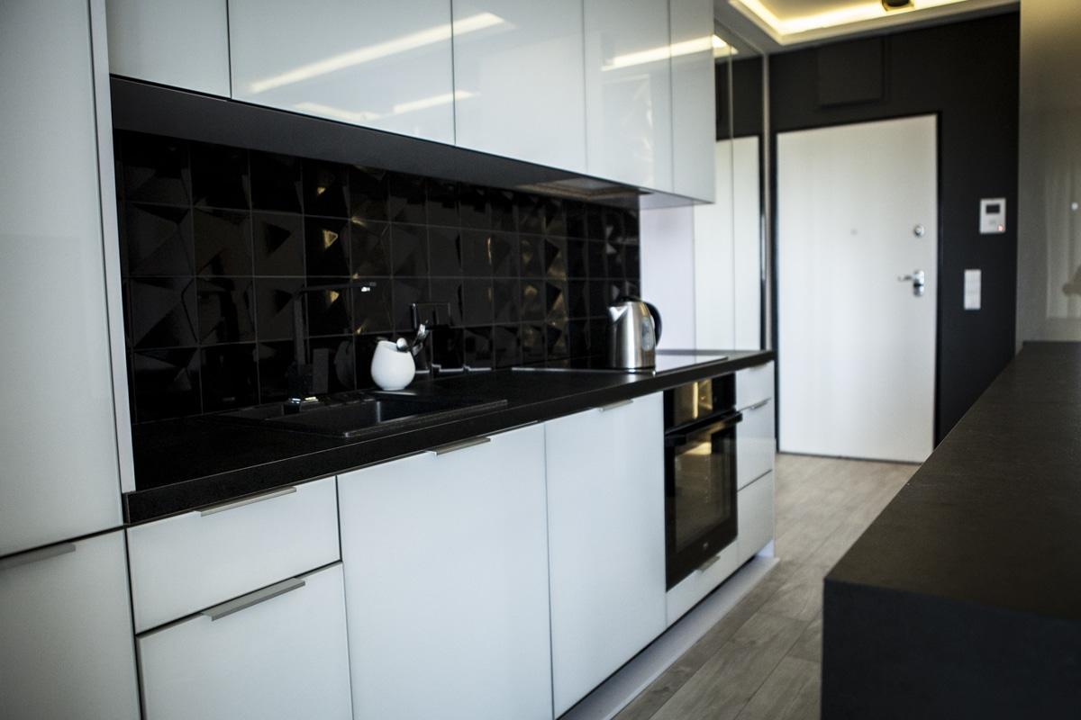 Biało czarna kuchnia w nowoczesnym stylu  gotowe aranżacje
