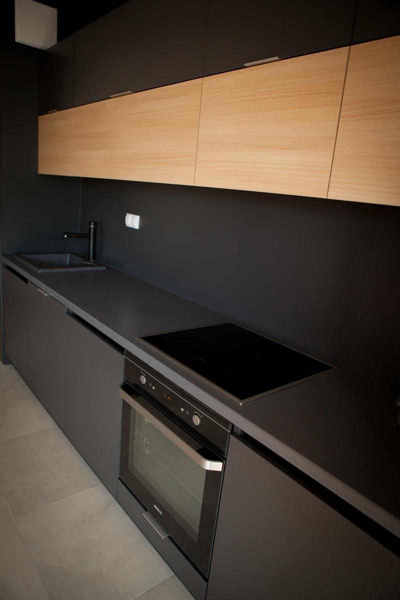 Czy czarna kuchnia to praktyczne rozwiązanie? Jak ją rozjaśnić? -> Kuchnia Nowoczesna Czarna Z Drewnem