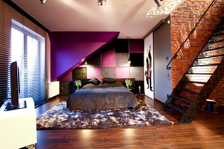 Nowoczesna sypialnia w czerni i fiolecie z garderobą na ...
