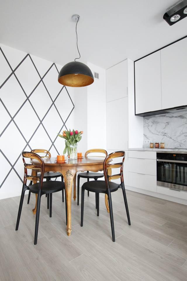 Drewniane panele w kuchni z salonem
