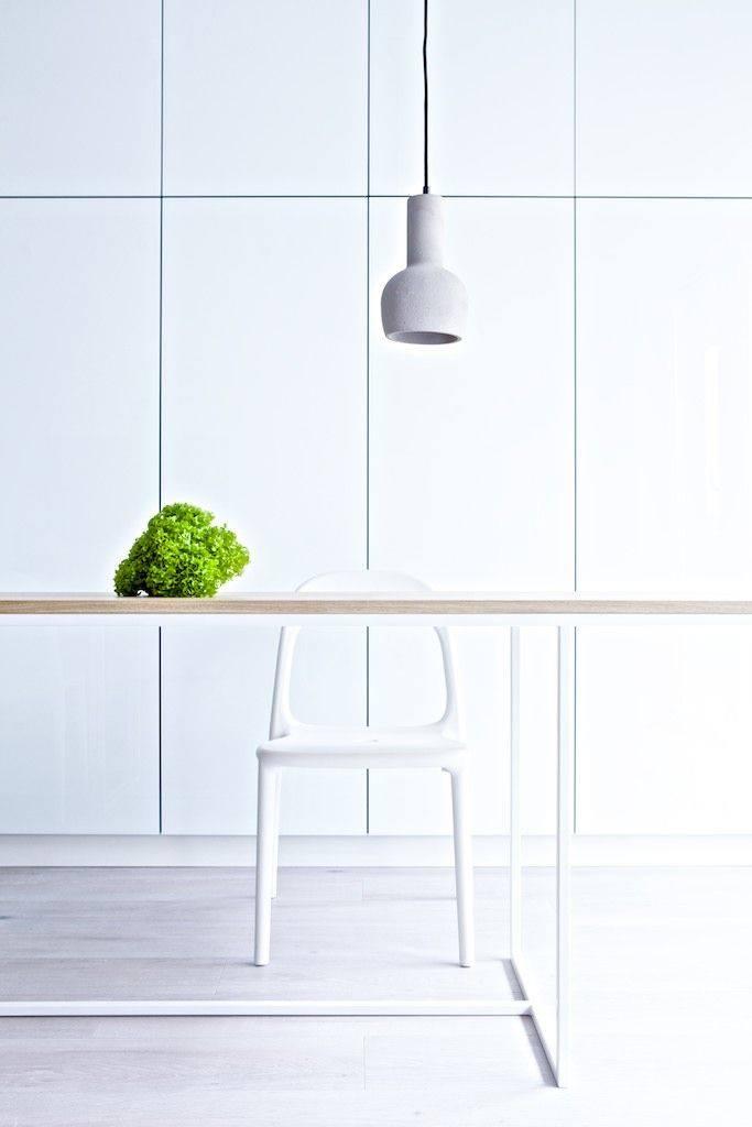 Biały stołek barowy