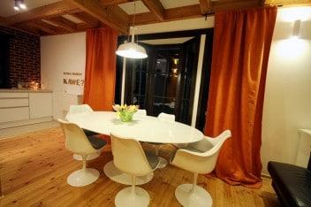 Jasne belki stropowe w kuchni i jadalni
