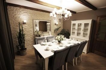 Ciemne belki stropowe w jadalni