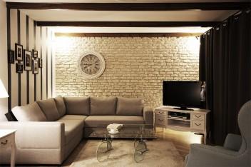 Ciemne belki stropowe w salonie