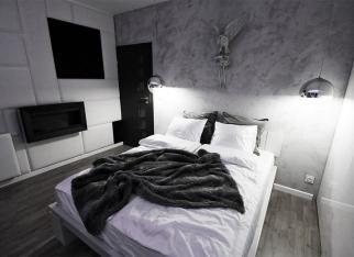 Beton architektoniczny na ścianie w sypialni