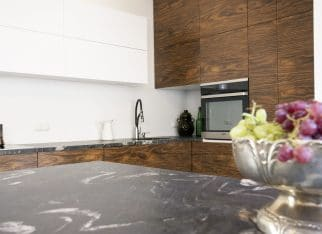 Biel i drewno w kuchni