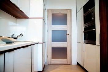 Drewniane ramy szafek w kuchni