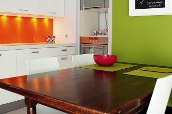 Biała kuchnia z pomarańczowym akcentem
