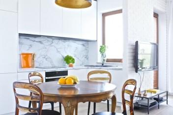 Szary marmur w białej kuchni