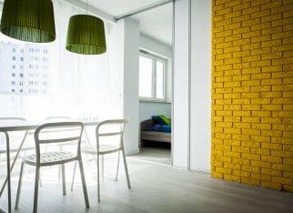 Nowoczesne białe wnętrza z odrobiną koloru