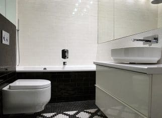 Jasna, czarno-biała łazienka