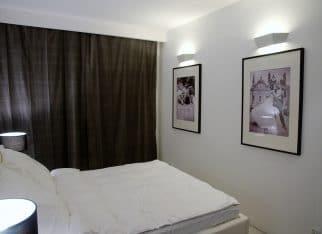 Czarno-białe zdjęcia w sypialni