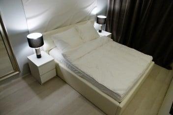 Jasne łóżko w sypialni