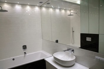 Duże lustro na ścianie w łazience