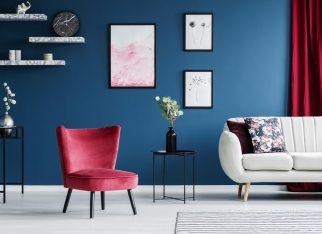 Czerwony fotel w nowoczesnym wnętrzu