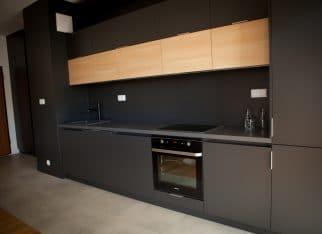 Czym rozjaśnić czarną kuchnię?