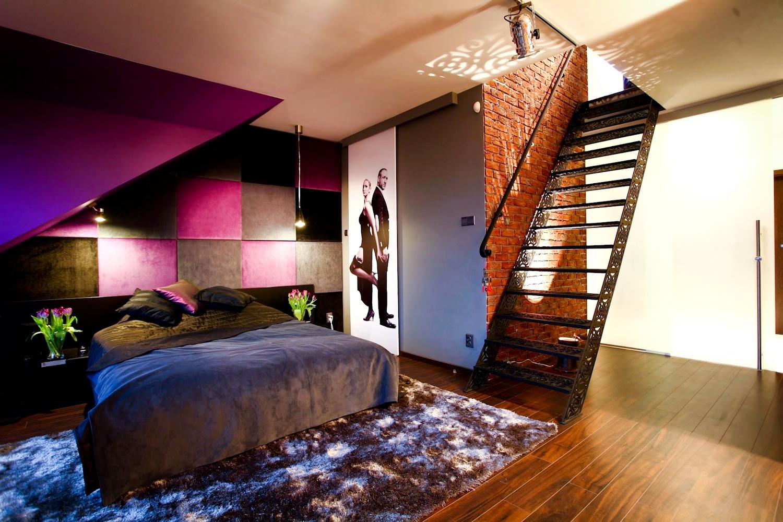 Nowoczesna sypialnia w czerni i fiolecie z garderobą na poddaszu.