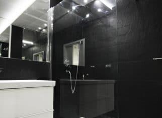 Czarna, męska łazienka z odrobiną bieli