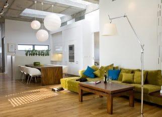 Oliwkowa kanapa w salonie