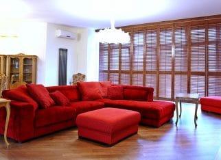 Czerwona kanapa do salonu