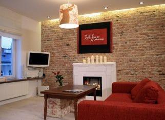Czerwona kanapa w pokoju dziennym