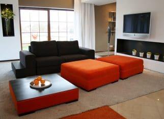 Pomarańczowo-czarna kanapa do salonu