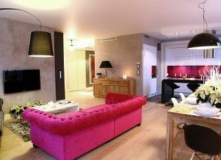 Różowa kanapa do salonu