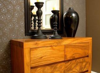 Drewniana komoda ze stojącym lustrem