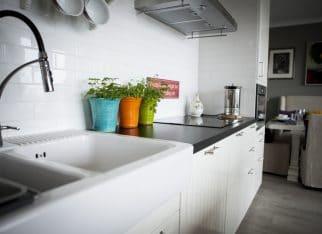 Kuchnia w bieli z czarnymi dodatkami
