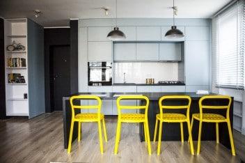 Żółte akcenty w błękitnej kuchni