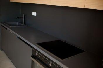 Czarne matowe fronty w kuchni