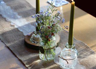 Dekoracja stołu: Kwiaty w słoikach