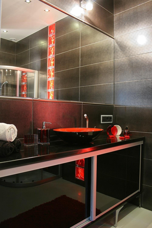 Aranżacja łazienki W Czerni I Czerwieni Nowoczesna I