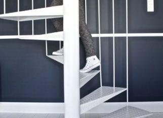 Białe schody na tle granatowej ściany