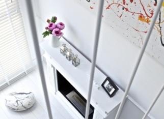 Białe, dwupiętrowe mieszkanie