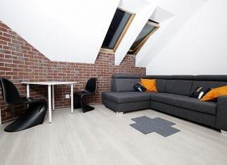 Szara kanapa w salonie