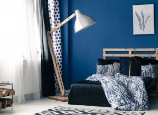 mocny-niebieski-pomysl-na-sypialnie