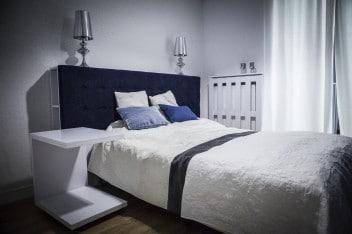 Biel i niebieski w sypialni
