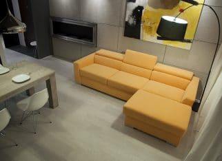 Pomarańczowa kanapa w salonie