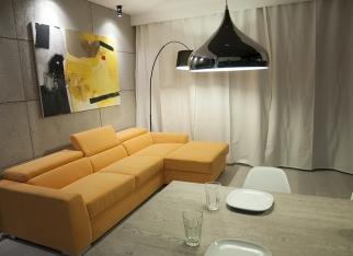 Pomarańczowa kanapa - jakie ściany?