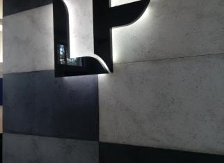 litery-echo-z-mdf-ściana-z-betonu-architektonicznego