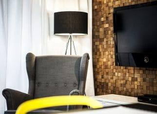 Pixel w salonie na ścianie