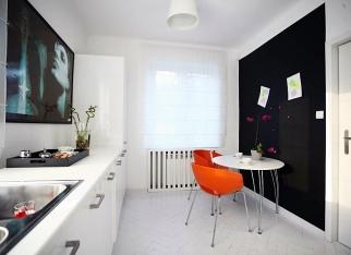 Kolorowe krzesła w nowoczesnym wnętrz