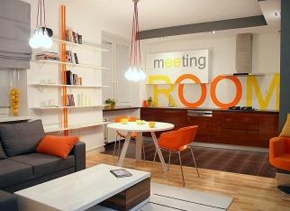 Pomarańczowe krzesła z platiku