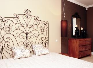 Sypialnia w brązach i beżu