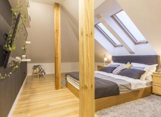 sypialnia-na-poddaszu-drewniane-belki