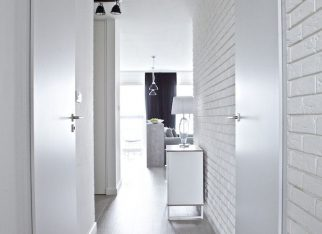 Biała cegła na ścianie w przedpokoju