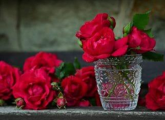 Dekoracja stołu kwiatami: zastawa jako wazon