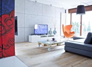 Pomaranczowy fotel w salonie